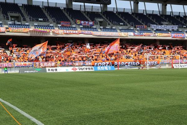 ゴール裏はオレンジ一色。この日は2,500人を超える観客が足を運んだ