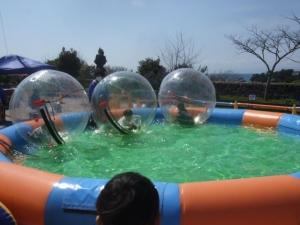 透明のボール遊び