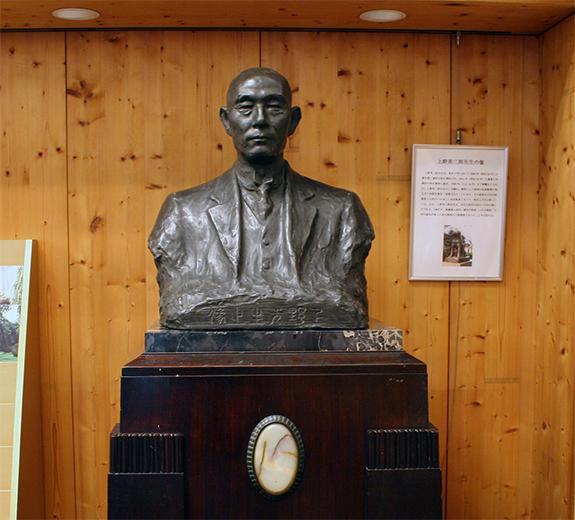 上野英三郎博士像
