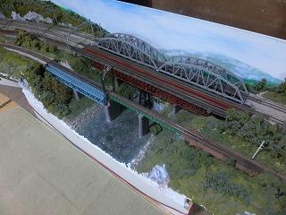 カーブとカーブの間にある短い区間の鉄橋