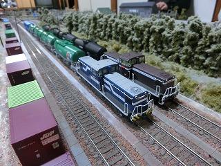 貨物線頭端部の留置線と貨物列車