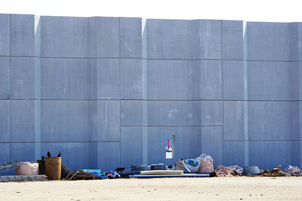 宮古港の防潮堤と窓