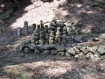 026庭園脇の石仏群