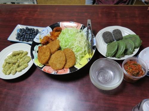 ネギキムチとブルーベリーのある食卓