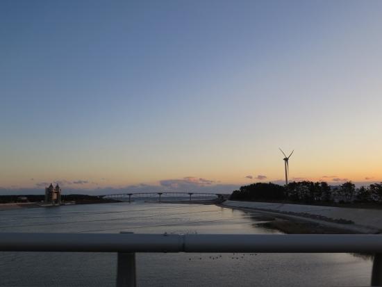 風車と橋と海