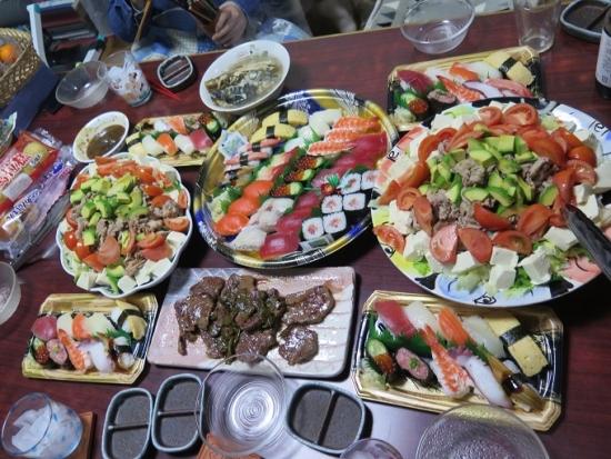 半額寿司、牛タン、豚肉とアボカドと豆腐のサラダ