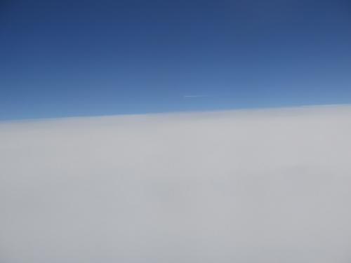 雲の上の飛行機雲