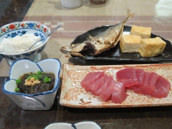 じーまみー豆腐、もずく酢、アジの唐揚げ、島豆腐厚揚げ、生マグロの刺身