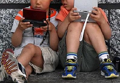 ガキワイ「ゲームするンゴ」アホ「ハァ…昔の子供は外で遊んでたんやがな…」
