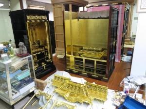 200代のお仏壇と70代のお仏壇がお店に並ぶ光景