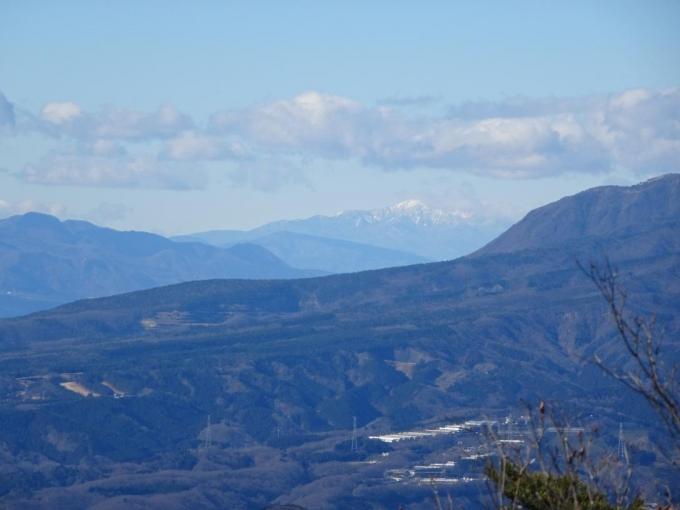 鍋割山の左奥に四阿山