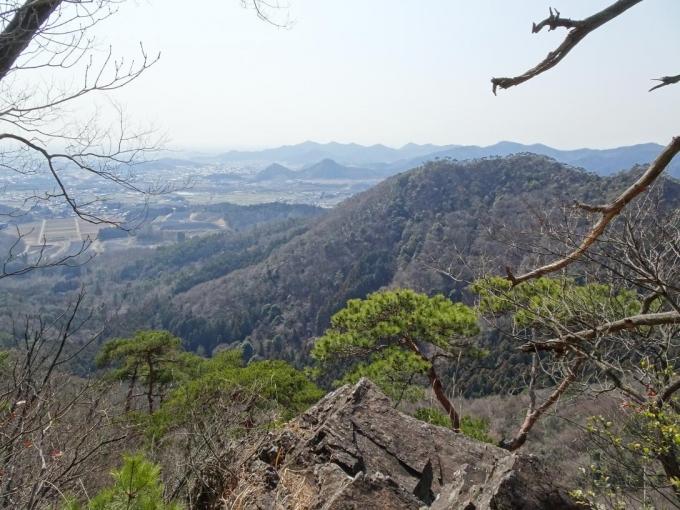 岩場から高松、後方に大小山