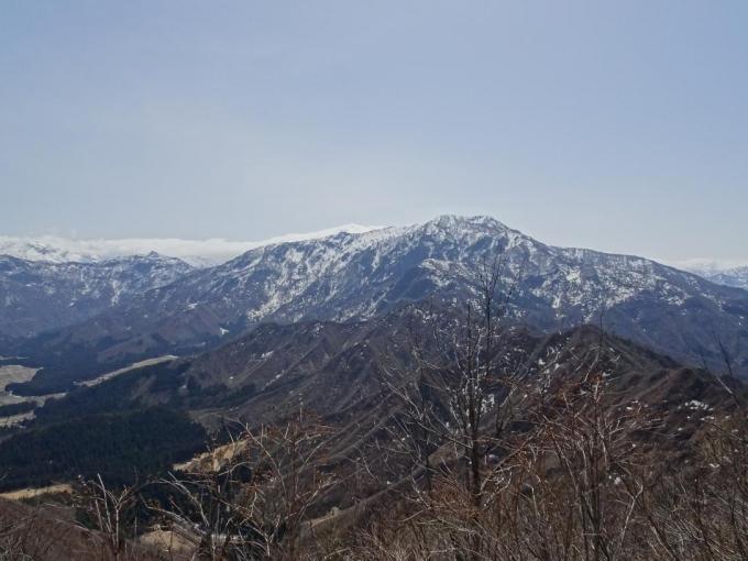 金城山と奥に巻機山