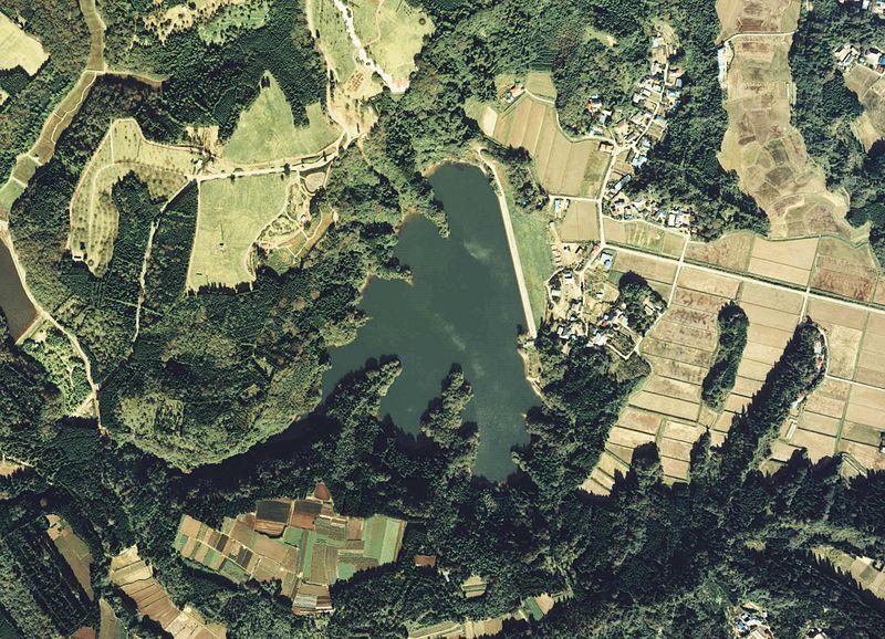 800px-Konaka-Ike_reservoir_Aerial_photograph_1983.jpg