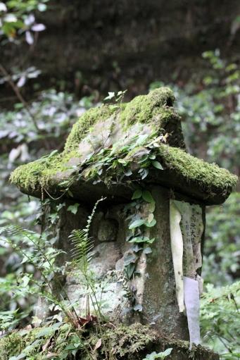 岩屋寺の滝の下の祠