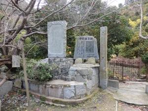 中村春吉の碑