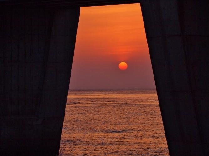 橋桁からの夕陽