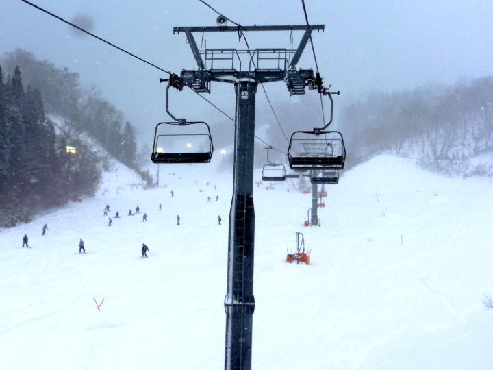 昨夜からの雪は、更に強く ナイター照明が点くゲレンデとなる。を