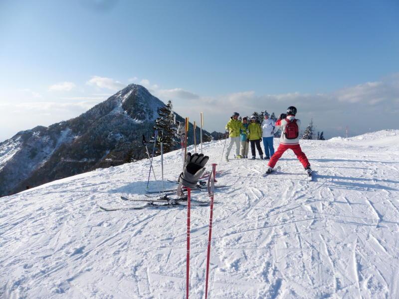 笠岳をバックにして 熊の湯 山頂