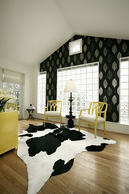 Black-and-white-home-office-lets-you-try-out-different-accent-hues.jpg