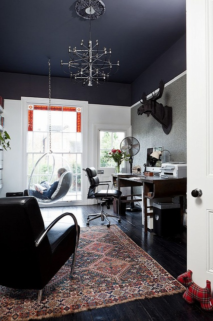 Black-ceiling-gives-the-room-with-high-ceiling-a-visually-cozier-ambiance.jpg