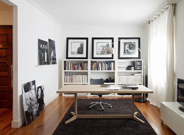 Lovely-desk-brings-warmth-of-wood-to-the-contemporary-home-office-in-black-and-white.jpg