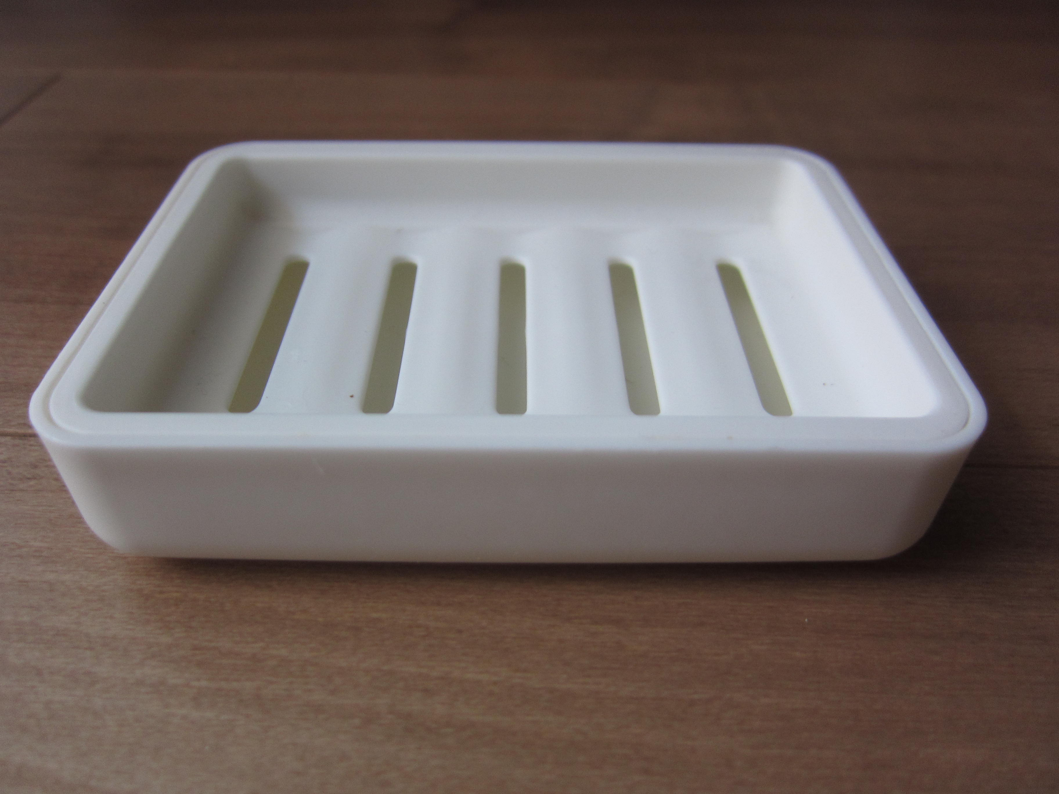 受け皿の上にスポンジを置き、その上に石鹸を置いて使います。形も色もとってもシンプルで清潔感のあるデザインです。スポンジの真ん中には石鹸を置くためのくぼみが  ...