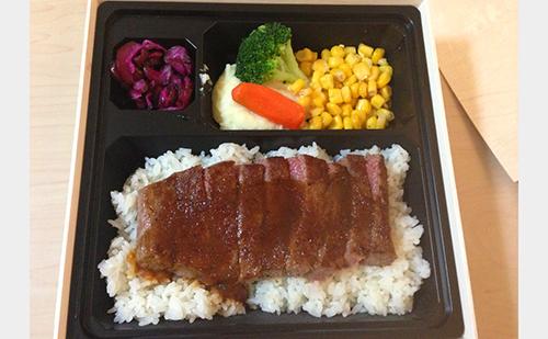 どどーんとご飯の上にお肉