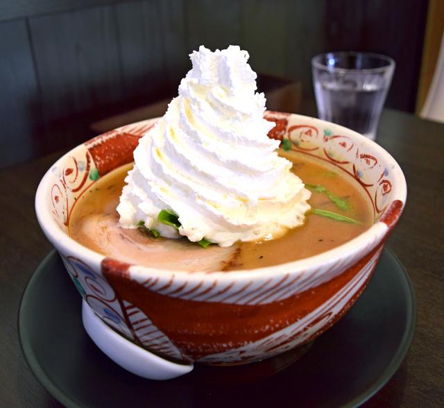 【食】みそラーメンに山盛りクリーム…衝撃のメニュー、話題に
