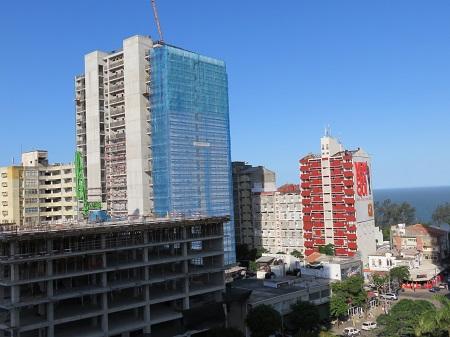 事務所の前にもこんなビルが2棟建ち始めています。
