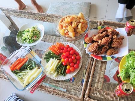鶏のから揚げ、豚の角煮の他に、キッシュなど美味しい料理の数々でした。