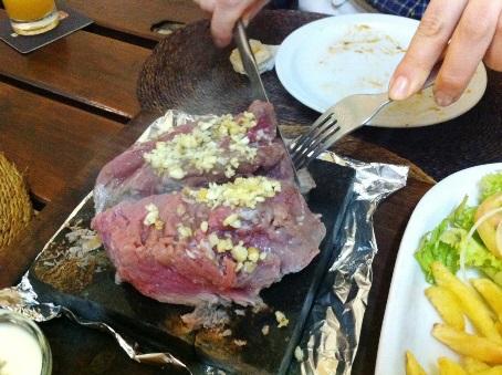 現地の人は1人で1人前(300g超の肉)を食べるのですが、日本人は2~3人で1人前で十分かと思います。