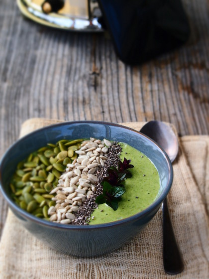 green_smoothie_bowl2.jpg