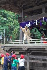 山神社の春祭りと、見学する小学生