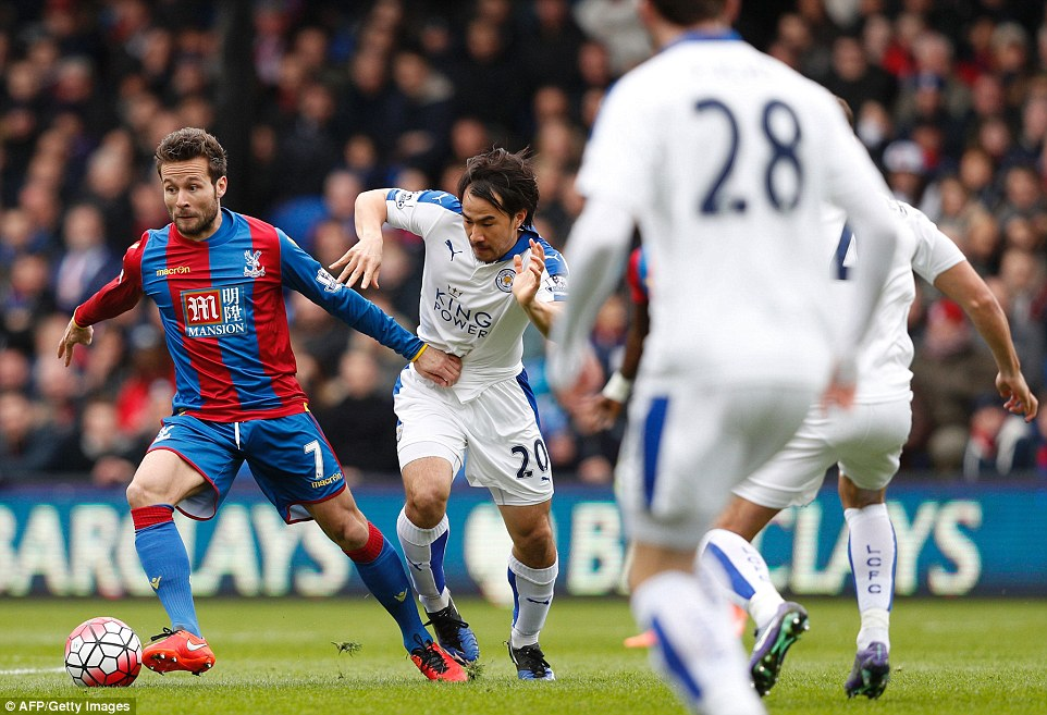 Crystal Palaces French midfielder Yohan Cabaye controls the ball as he holds off Leicesters Okazaki