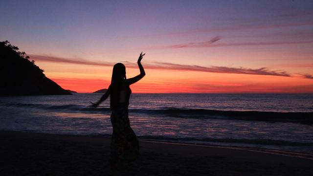 2-ビーチ夕日で踊るロング01