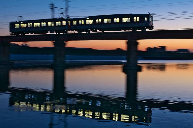 大和川で近鉄電車と夕焼けと