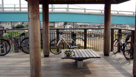 東伏見公園の東屋で自転車を置いて休憩
