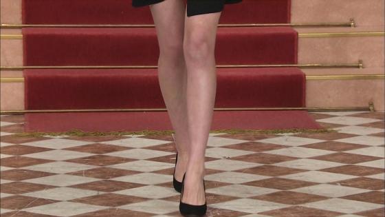 三吉彩花 パンチラ寸前な股間と美脚を披露したしゃべくり007キャプ 画像28枚 13