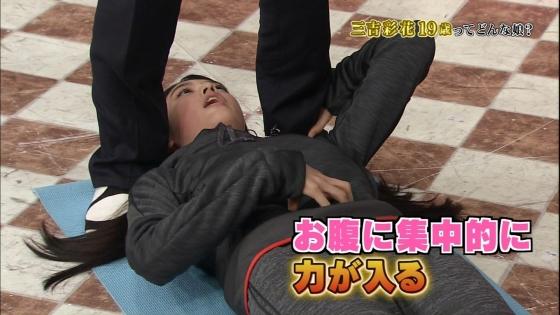 三吉彩花 パンチラ寸前な股間と美脚を披露したしゃべくり007キャプ 画像28枚 21