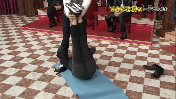 三吉彩花 パンチラ寸前な股間と美脚を披露したしゃべくり007キャプ 画像28枚 27