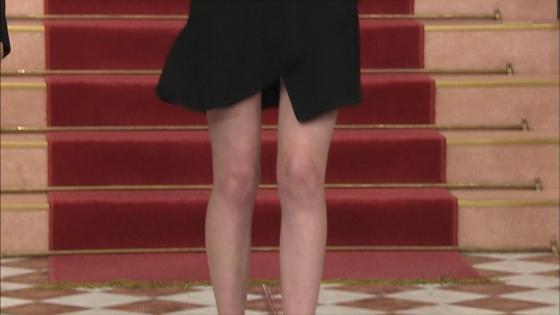 三吉彩花 パンチラ寸前な股間と美脚を披露したしゃべくり007キャプ 画像28枚 3