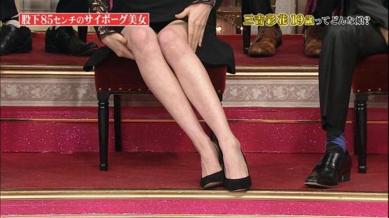 三吉彩花 パンチラ寸前な股間と美脚を披露したしゃべくり007キャプ 画像28枚 8