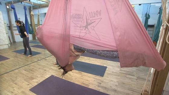大島由香里 Dカップ着衣巨乳を空中ヨガで披露する女子アナウンサー 画像30枚 5