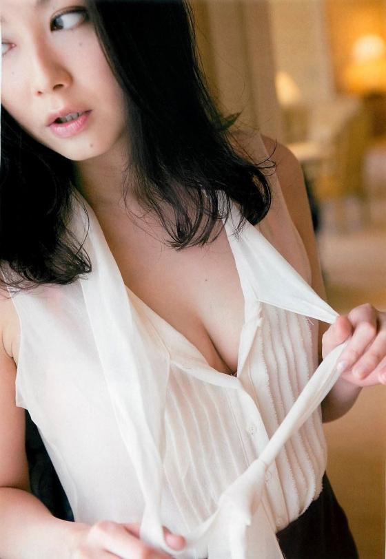 吉田里深 フライデー袋とじの熟女セミヌードグラビア 画像29枚 23