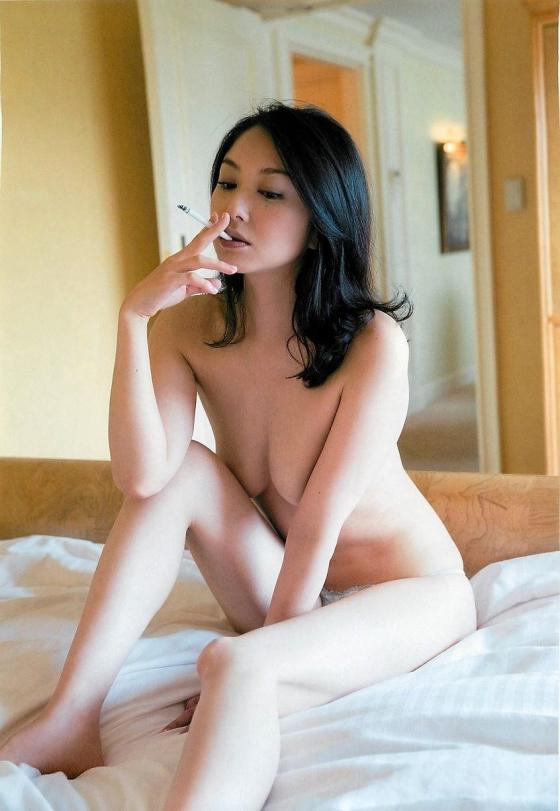 吉田里深 フライデー袋とじの熟女セミヌードグラビア 画像29枚 26