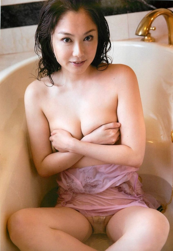 吉田里深 フライデー袋とじの熟女セミヌードグラビア 画像29枚 27
