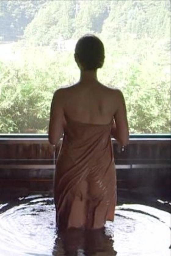 岡愛恵 秘湯ロマンの美脚とお尻の割れ目キャプ 画像30枚 17