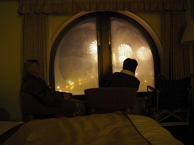 窓辺で花火