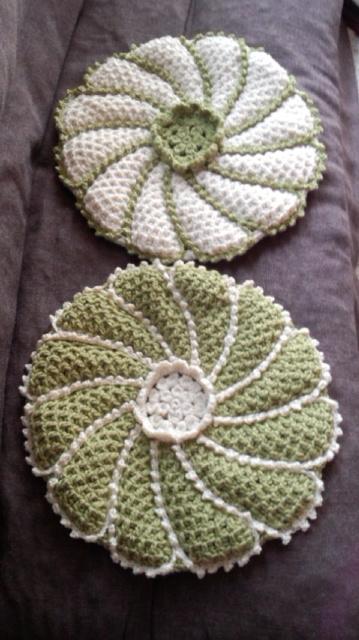あったかかわいい手編みの座布団
